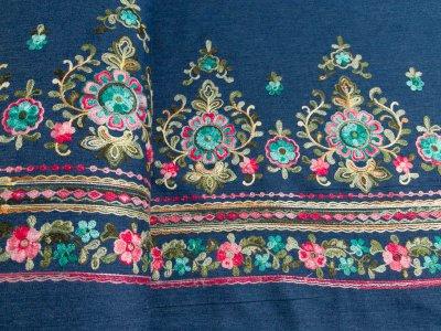 Leichter Jeansstoff mit Stickerei - Blumenornamente Bordüre - jeansblau