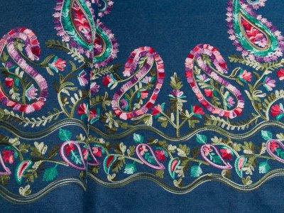 Leichter Jeansstoff mit Stickerei - Paisley Blumen Bordüre - jeansblau