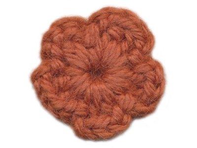 Häkelblume aus Wolle Ø 30mm z. Aufnähen rotbraun